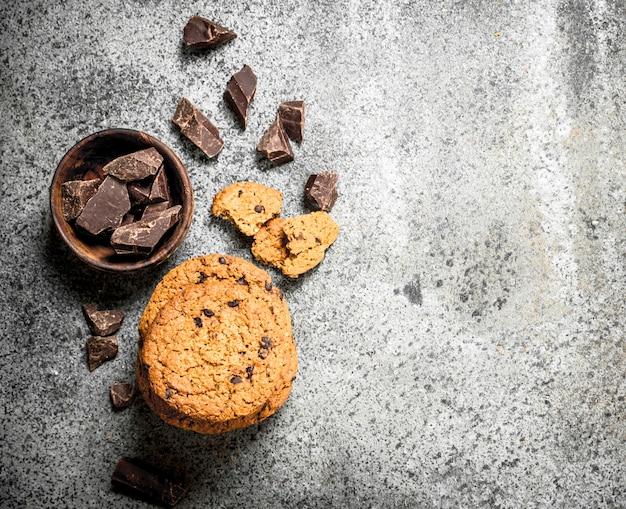 ボウルにチョコレートが入ったオートミールクッキー。