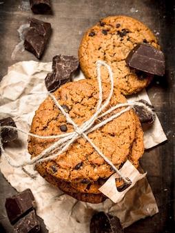 초콜릿 오트밀 쿠키. 나무 배경.
