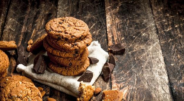 チョコレート入りオートミールクッキー。木製の背景に。