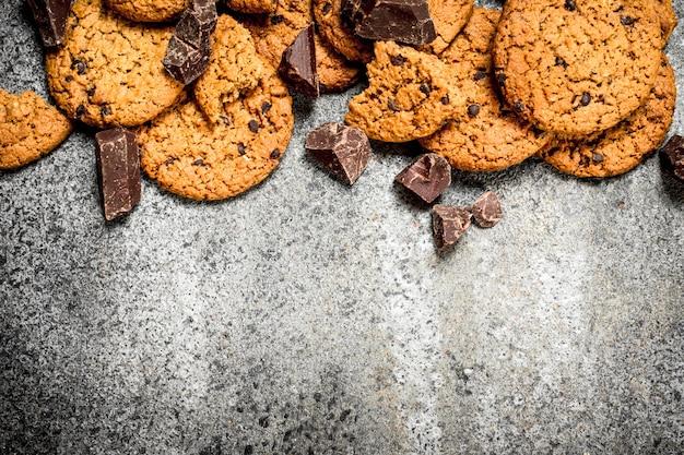 Овсяное печенье с кусочками шоколада на деревенском фоне