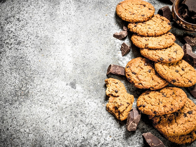 Овсяное печенье с кусочками шоколада.