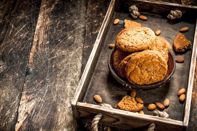 ナッツ入りオートミールクッキー。木製の背景に。