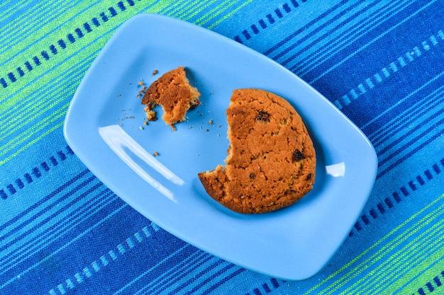 Овсяное печенье с изюмом на тарелке