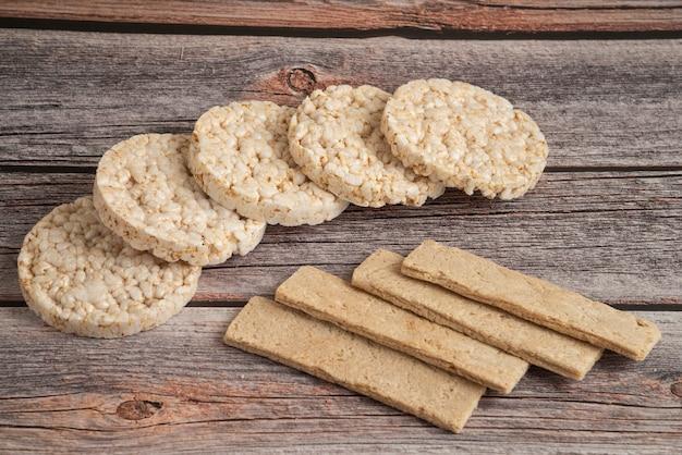 Овсяные крекеры и хлеб на деревенском деревянном столе