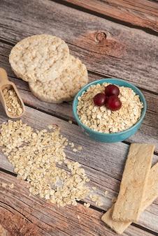 Cracker di farina d'avena, cereali con frutti di bosco e ciliegie sul tavolo