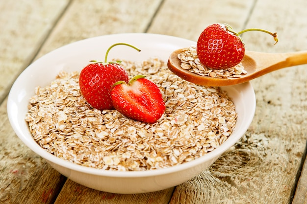 Oatmeal flakes and strawberries