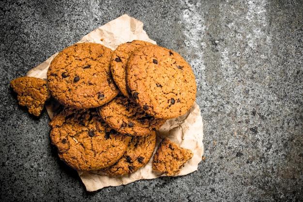 オートミールの新鮮なクッキー。素朴な背景に。