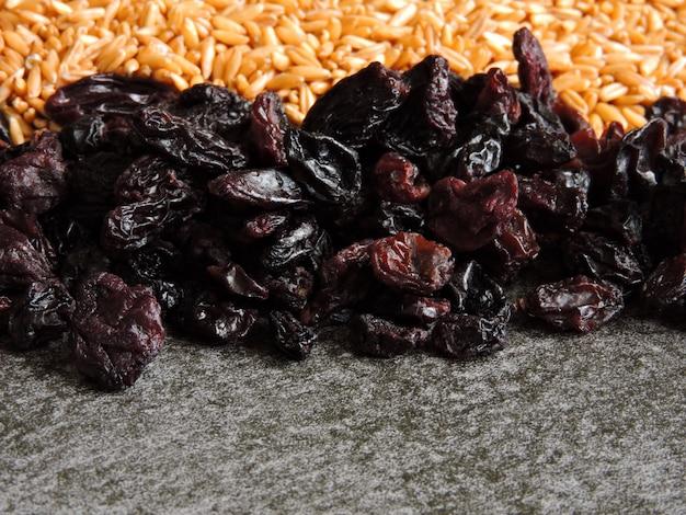 Овсяные зерна и черный изюм.