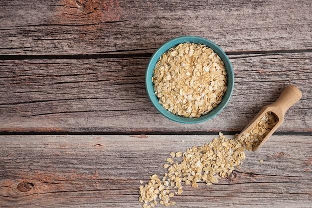 テーブルの上のプラスチック製のボウルにオートミールの穀物
