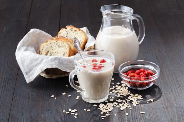 Овсяная кисель для похудения, домашнее овсяное молоко, концепция веганского продукта