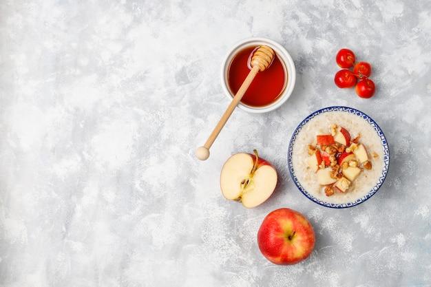 꿀, 빨간 사과 조각, 평면도와 그릇에 오트밀 죽