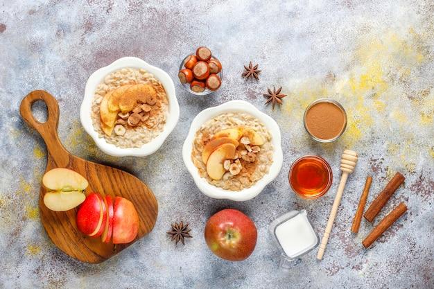 Porridge di farina d'avena con mele e cannella.