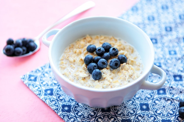 Овсяная каша с черникой на завтрак голубая салфетка вкусные натуральные продукты