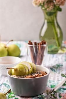 ボウルに梨とオートミールのお粥