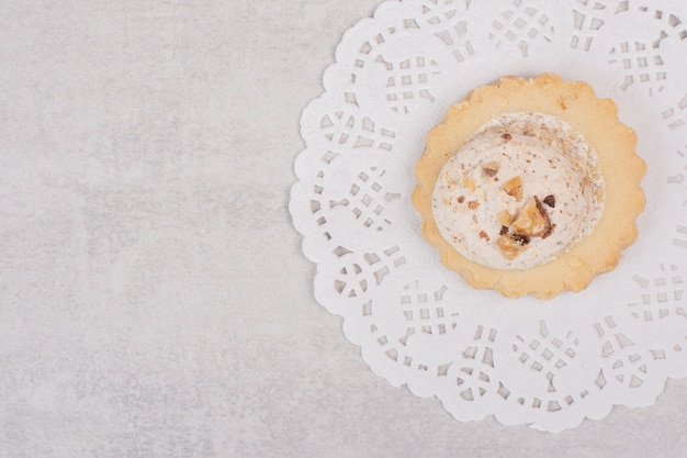 Печенье из изюма овсянки на белом.