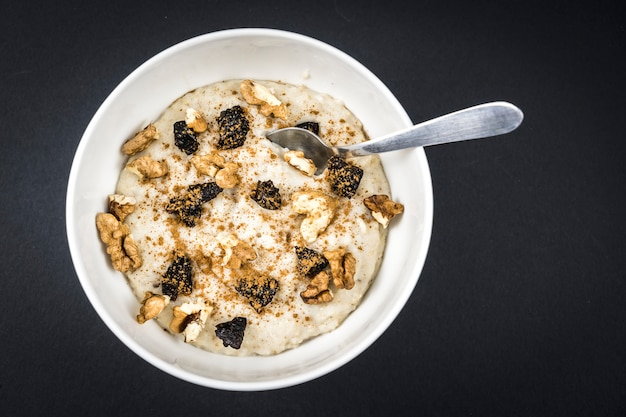 ナッツ、プルーン、シナモン、砂糖を使ったオートミールのレシピ、非常に健康的な朝食のレシピ