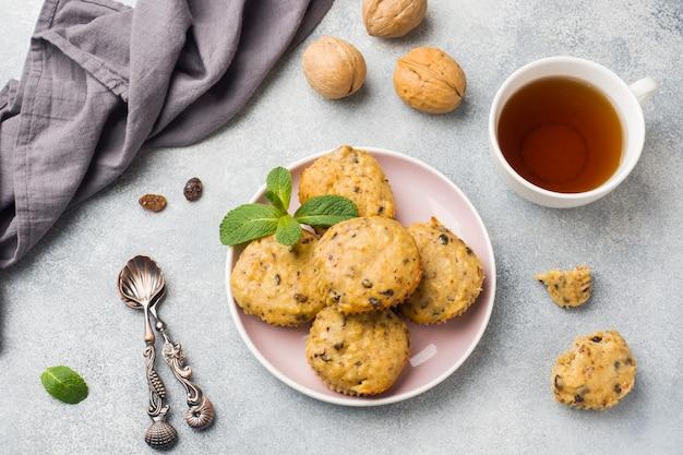 ブルーベリーとナッツプレートのオートミールベジタリアンマフィン。コンセプトの健康的な朝食。