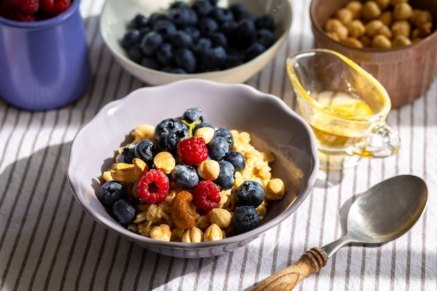 Овсяные хлопья с ягодами и медом на завтрак