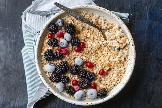 Овсяная каша с ягодами в тарелке вкусный завтрак