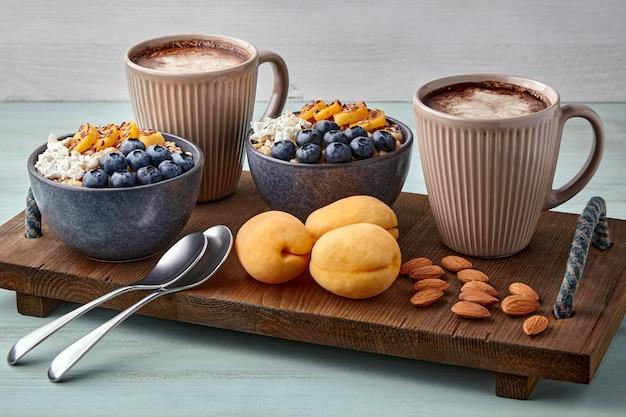 Овсяные хлопья с черникой и абрикосами фрукты орехи и кофе