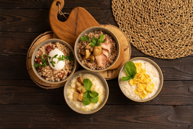 Овсяная каша с кукурузными хлопьями, рисовая каша с жареной грушей, гречневая каша с беконом и грибами и перловая каша с беконом, вялеными помидорами и яйцом-пашот.