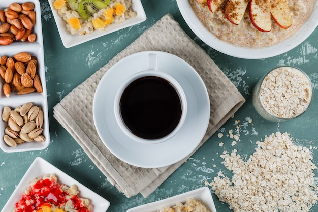 Овсяная каша с фруктами, джемом, орехами, корицей, кофе, овсяными хлопьями в тарелках