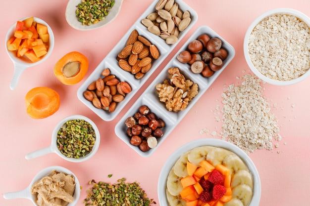 Овсяная каша с фруктами, орехами, овсяными хлопьями, арахисовым маслом в миске