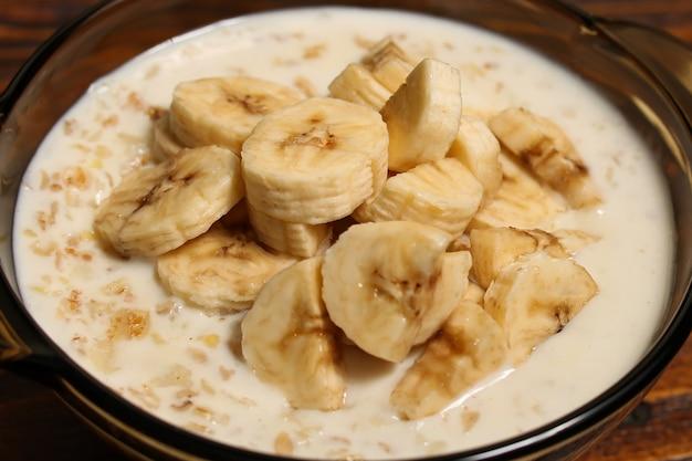 Овсяная каша с кусочками банана в миске. концепция питания здорового питания диеты.