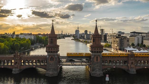 Мост обербаума в берлине до заката. с высоты птичьего полета