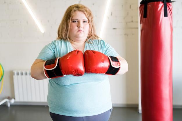 비만 여성 복서 체육관에서 포즈