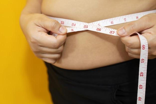 뚱뚱한 남자는 운동과 체중 조절을 원합니다.