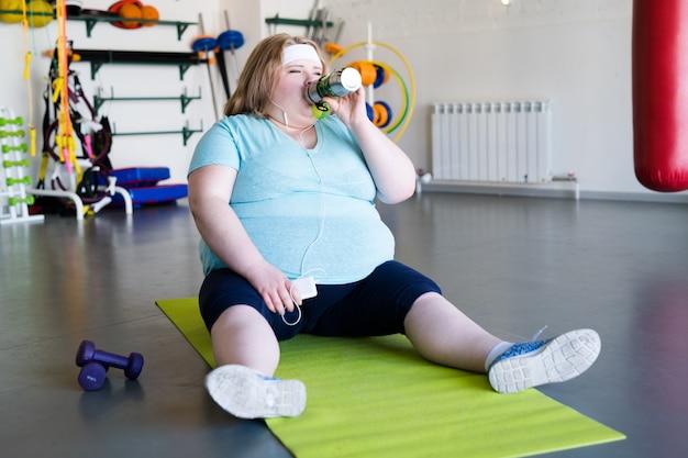 肥満の女性はトレーニング後の水を飲む