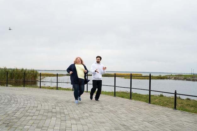 屋外を実行している肥満の女性