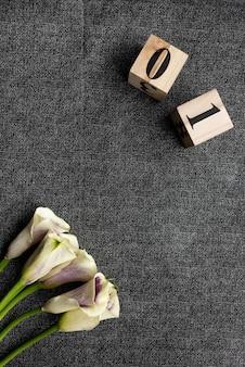 フラワーブーケと数字の木製キューブから撮影したオブジェクト。対象の写真。