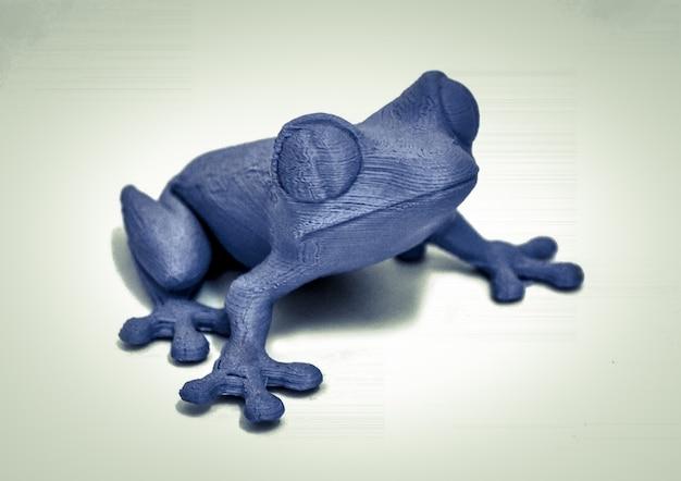흰색 배경에 3d 프린터 격리됨으로 인쇄된 개체입니다. 밝고 다채로운 개체입니다. 두꺼비 보라색. 자동 3차원은 플라스틱 모델링을 수행합니다. 현대 3d 프린팅 기술.