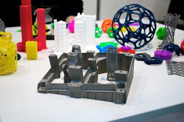 금속 3d 프린터와 플라스틱 클로즈업을 인쇄하는 프린터에 인쇄된 개체. 레이저 소결기 클로즈업으로 만든 모델. dmls, slm, sls, fdm 기술. 현대적 첨가제 기술.