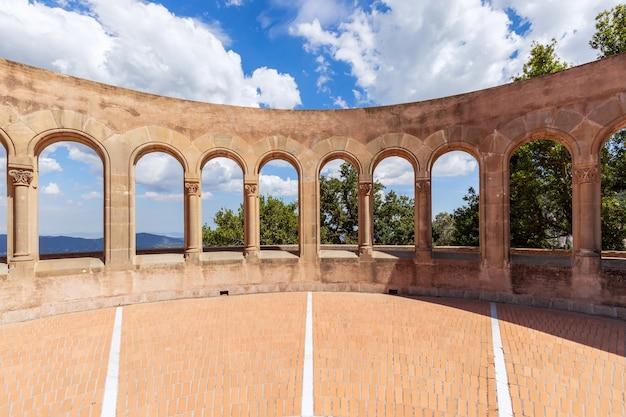 Смотровая площадка с арками в аббатстве монсеррат.