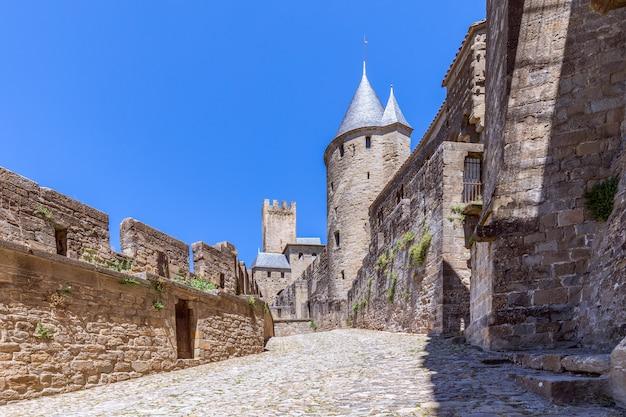 カルカソンヌの町の中世の城の展望台と要塞の壁
