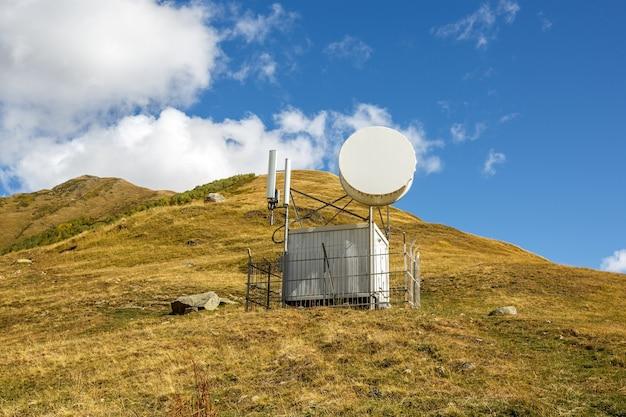 山の中の天文台と気象観測所