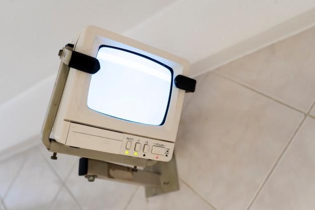 Устаревший ctr черно-белый монитор видеонаблюдения за домом. концепция устаревания оборудования.
