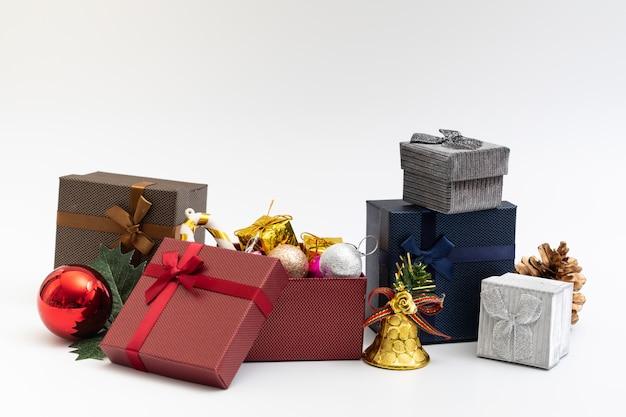 クリスマスの誕生日特別なoccassionのための白い背景に色のリボンのあるプレゼントボックス
