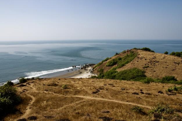 海と地平線と崖