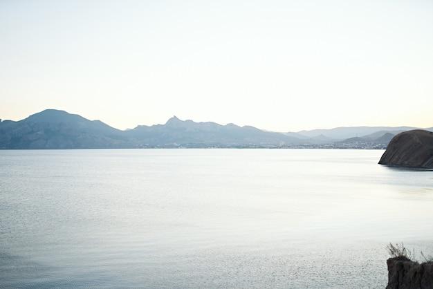 海の澄んだ水山新鮮な空気の旅の自然