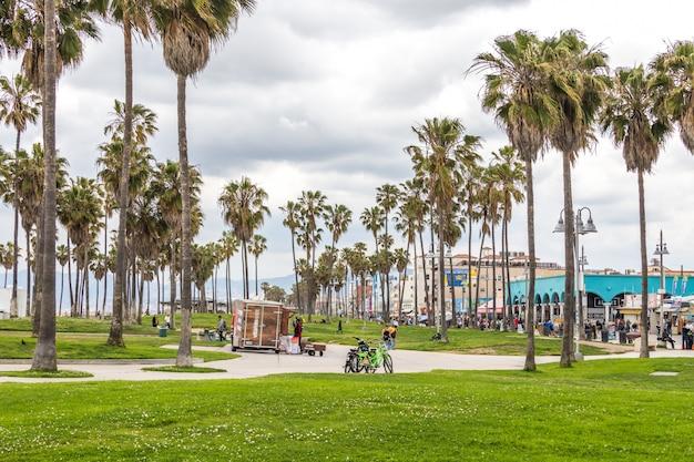 Ocean front walk на венис-бич в лос-анджелесе, знаменитый пляж в калифорнии