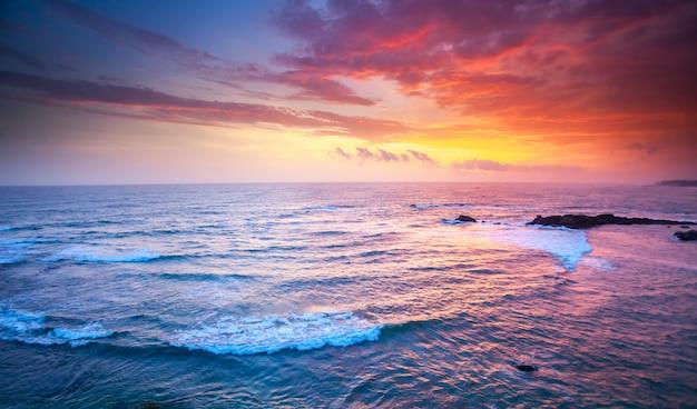 日没の海。美しい自然の風景