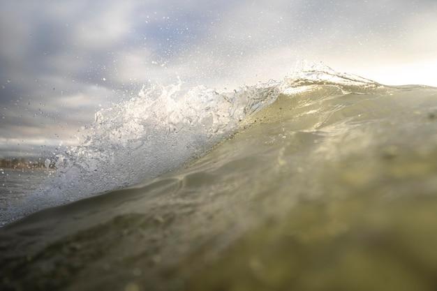 Paesaggio dell'oceano con l'onda