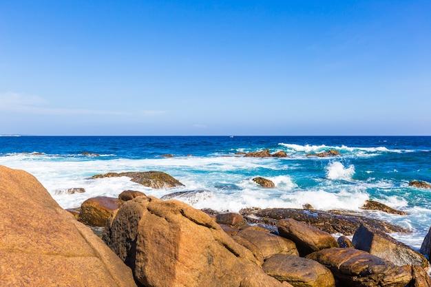스리랑카의 야생 아름다운 돌 해변의 바다 해변