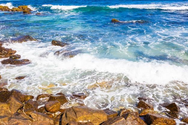 スリランカの野生の美しい石のビーチの海の海辺