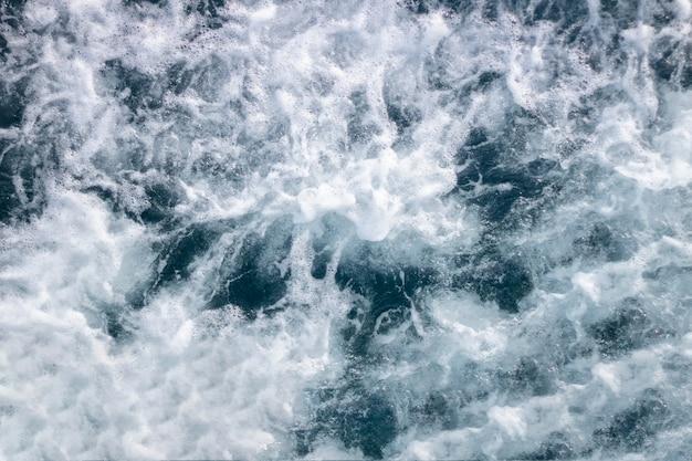 波と泡と海面の背景。上面図。