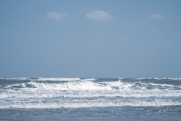 シームレスな海面波。水中漫画液体パターン川と海の背景。夏と感情的なアイデア